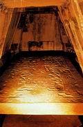 Гробница и каменный саркофаг с захоронением правителя в