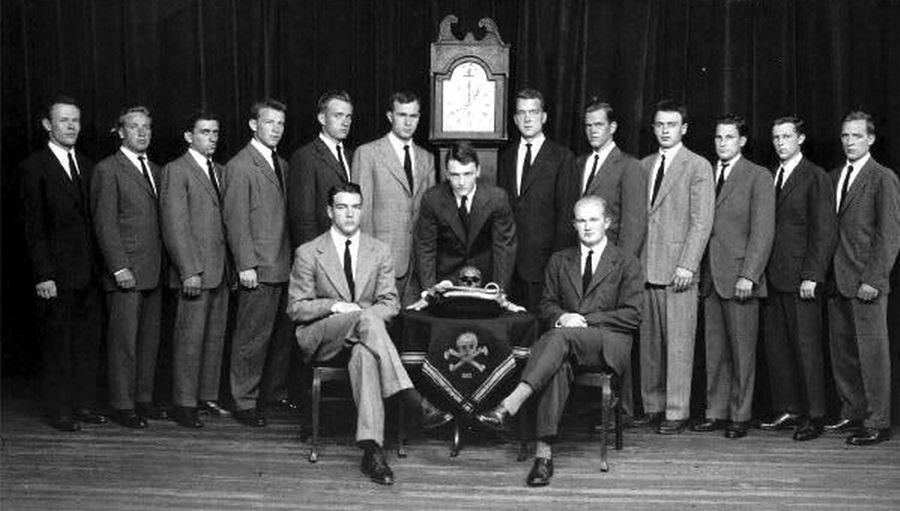 """耶鲁大学毕业生-""""头骨与骨头""""秘密社团的成员"""