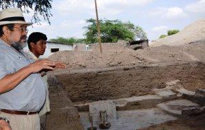 Археологи Вальтер Альва и Эдгар Бракамонте на месте раскопанного храма в уака Санта-Роса. Фото: Andina