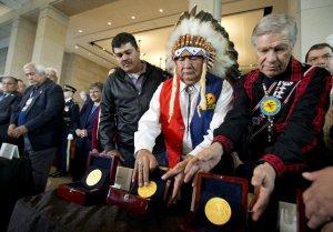 Уоллес Коффи (второй справа), вождь команчей из Оклахомы удостоен Золотой медалью Конгресса США за доблесть и героизм. Фото - Manuel Balce Ceneta / AP Photo