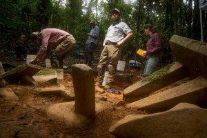Крис Фишер, ведущий археолог (в центре), Родриго Солинис-Каспариус (слева), Ранфери Хуарес (позади) и Анна Коэн (справа) на месте раскопок тайника, где были найдены «метате». Фото: Дейв Йодер / National Geographic