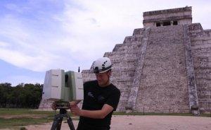 Исследователь Кори Яскольски сканирует пирамиду Кукулькана. Фото: Карла Ортега / Proyecto Gran Acuifero Maya