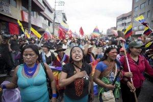 Участники индейского движения «За демократию с достоинством» пришли в Кито (Эквадор). Фото: Edu Leon / elpais.com