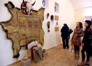 В Полтаве до 22 ноября открыта выставка «История трех племен: искусство и ремесло американских индейцев Юго-Запада». Фото: укринформ / ukrinform.ru
