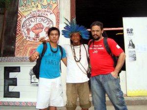 Аш Ашанинка (в центре) и другие разбили лагерь недалеко от стадиона «Маракана» в Рио-де-Жанейро. Фото - facebook.com/ash.ashaninka