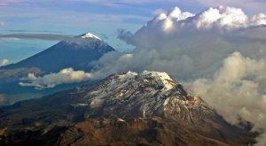 Попокатепетль (вдали) и Истаксиуатль (на переднем плане) - одни из самых примечательных гор в Центральной Мексике. Фото: Comisión Mexicana de Filmaciones / flickr