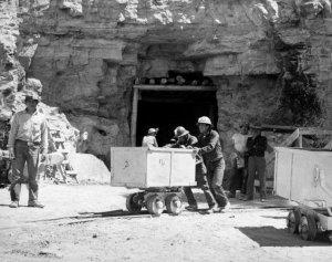Индейцы навахо на урановом руднике Kerr-McGee. 1953 г. Фото - AP