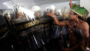Бразильские индейцы помешали работе парламента и чуть не ранили стрелой полицейского. Фото - Eraldo Peres