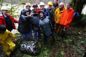 Археологи и члены индейского племени квилеут снимают селфи после церемонии празднования. Фото - The Seattle Times / http://seattletimes.com