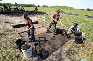 Студент Болонского университета Карлотта Маникарди, а также волонтеры из США Алан Вестфол и Сэм Рьюсинг на раскопках в Кахокии в 2012 году. Архивное фото - AP Photo/Belleville News-Democrat, Derik Holtmann