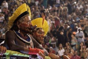 Вождь племени каяпо Раони (слева). Архивное фото AFP