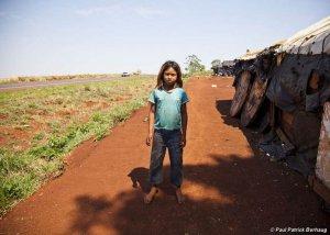 Девочка гуарани у придорожного лагеря. Фото - Paul Patrick Borhaug / Survival
