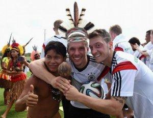 Бразильские индейцы посетили тренировку сборной Германии. Фото - AP