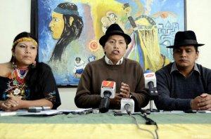 Умберто Чоланго (в центре) на пресс-конференции. Фото - lahora.com.ec