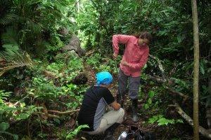 Кристал Макмайкл (справа) берет образцы почвы. Фото - Benjamin McMichael