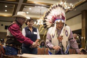 Представители индейцев шошоны-банноки подписали соглашение по защите медведей гризли. Фото: http://idahostatejournal.com