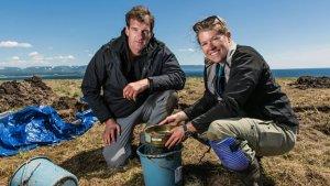 Археолог Сара Паркак (справа) на тестовом раскопе в Пойнт Роси, где предположительно обнаружено второе поселение викингов в Америке