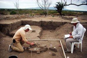 Российские археологи вернулись из Эквадора с новыми находками. На фотографии А.Табарев (слева) и А.Попов (справа) на раскопках. Фото: ДВФУ