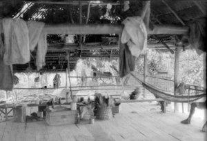 Внутри дома индейцев тукуна. Фото: Сильвио Коэльо дос Сантос, июнь 1962 г.