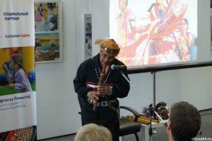 Флейтист навахо Эндрю Томас провел первые встречи и выступления на Сахалине. Фото - citysakh.ru