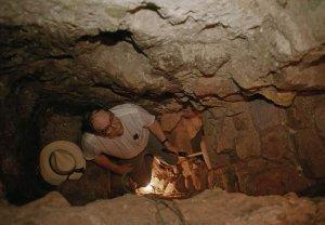 Джордж Стюарт изучает руины Копана. Фото - KENNETH GARRETT, NATIONAL GEOGRAPHIC CREATIVE