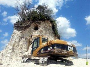 Бульдозеры и экскаваторы оставили от пирамиды майя Нохмуль лишь сердцевину, центр