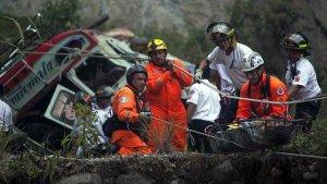 В Гватемале в пропасть упал автобус: десятки жертв. Фото - AP Photo / Luis Soto.