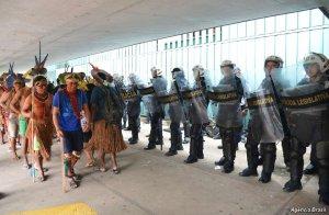 Протесты индейцев возле здания парламента Бразилии. Фото - Agencia Brasil