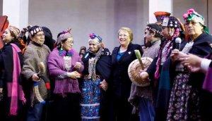 Президент Чили Мишель Бачелет будет поощрять возврат земель индейцам и их участие в парламенте страны. Фото - Sebastián Rodríguez / Agencia UNO