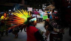 Сан-Диего (США), 13.09.2016. Акция поддержки индейцев Стэндинг-Рок, требующих остановить строительство нефтяного трубопровода. Фото: Sandy Huffaker/AFP/Getty Images