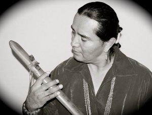 Эндрю Томас — флейтист навахо из Нью-Мексико
