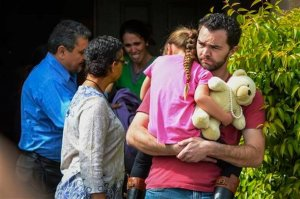 Расти Пейдж держит на руках девочку Лекси пока Саммер Пейдж рыдает в окружении социальных работников. 21 марта 2016. Санта-Кларита, Калифорния, США. Фото: Дэвид Крейн / Los Angeles Daily News