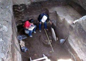 Древнее захоронение человека в окружении десятков фрагментов различных изделий керамики и предметов из камня обнаружили сальвадорские археологии вблизи населенного пункта Лоурдес в центральном департаменте Ла-Либертад. Фото - AFP