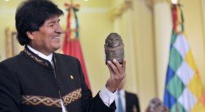Эво Моралес показал вернувшуюся в Боливию древнюю фигурку бога изобилия (видео)