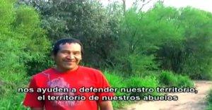 Воззвание индейцев айорео к испанской компании и её дочке. Фото - кадр из видео