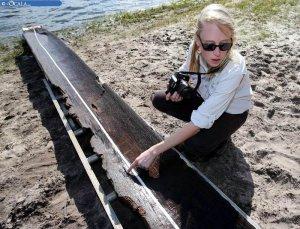 Джулия Берд, главный археолог Бюро археологических исследований Флориды указывает на выжженное место в древнем каноэ. Фото - Bruce Ackerman/Ocala Star-Banner - www.ocala.com