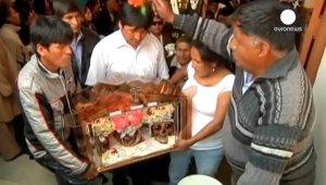 Индейцы Боливии отметили в церквях День черепов. Фото - кадр видео к новости / Euronews