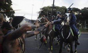 Бразильский индеец ранил из лука полицейского в ходе массового протеста против ЧМ по футболу. Фото - Reuters/Lunae Parracho