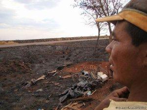Огонь свирепствовал на территории придорожного лагеря индейцев гуарани, вынудив их бросить свои жилища и продукты питания – всё сгорело. Фото - Spensy Pimentel/Survival.