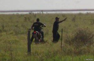 Запечатлена на видео стрельба вооруженных людей по индейцам гуарани. Изображение - кадр видео