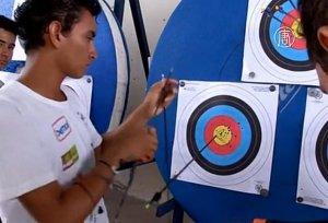 Бразильский индеец-подросток хочет стать профессиональным лучником и попасть на Олимпиаду. Фото: кадр видеоряда