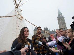 Интервью Кендис Дэй Нево, представительницы группы защитников водоемов, где расположены индейские поселения, после посещения типи канадским премьером. Фото: Justin Tang/Canadian Press