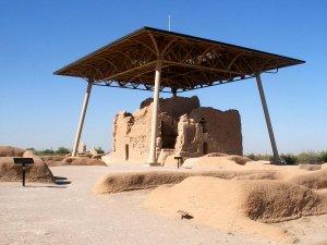 Археологический памятник культуры Хохокам Каса-Гранде представляет собой большой комплекс руин строений из адобы, самым хорошо сохранившимся и впечатляющим из которых является «Большой дом»