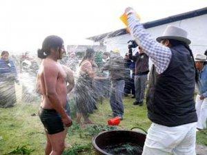 Индейское правосудие в Эквадоре: наказание за случайный поджог. Фото - www.elnorte.ec