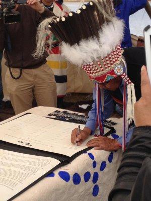 Вождь черноногих Earl Old Person подписывает соглашение. Возле г.Браунинг, Монтана (США), 23.09.2014. Фото - Amanda Hardy, Wildlife Conservation Society