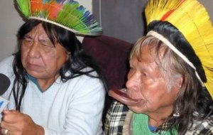 Вожди каяпо Раони Метуктире (справа) и его племянник и преемник Мегарон Тшукаррамаэ (слева). Архивное фото