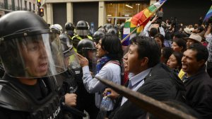 Индейцы Эквадора поддерживают выселяемую из своей резиденции CONAIE. Фото - Alfredo Cárdenas / eluniverso.com