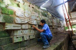Археолог Хорхе Рамос у скульптуры в виде топонима Виинте'наах – майяским названием Теотиуакана или, возможно, конкретнее «Храма Солнца» в Теотиуакане. Фото: laprensa.hn