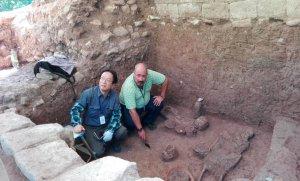 С. Накамура и М. Фуэнтес на месте раскопок. Фото: IHAH