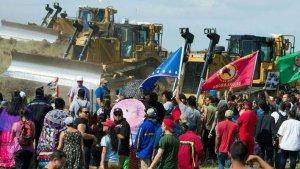 Представители резервации сиу Стэндинг-Рок и сочувствующие во время акции протеста против строительства нефтепровода. 03.09.2016. Фото: Robyn Beck, AFP/Getty Images